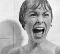 Janet Leigh nella celebre scena della doccia nel film Psycho