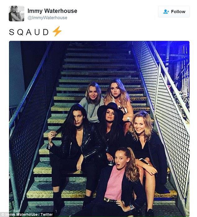 Foto di gruppo di Bella Hadid e Selena Gomez con altre amiche
