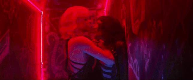 Charlize Theron e Sofia Boutella in una scena hot di Atomica Bionda
