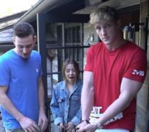 Logan Paul con i suoi amici nel vlog del suo canale dove colpisce due cadaveri di ratto con un taser