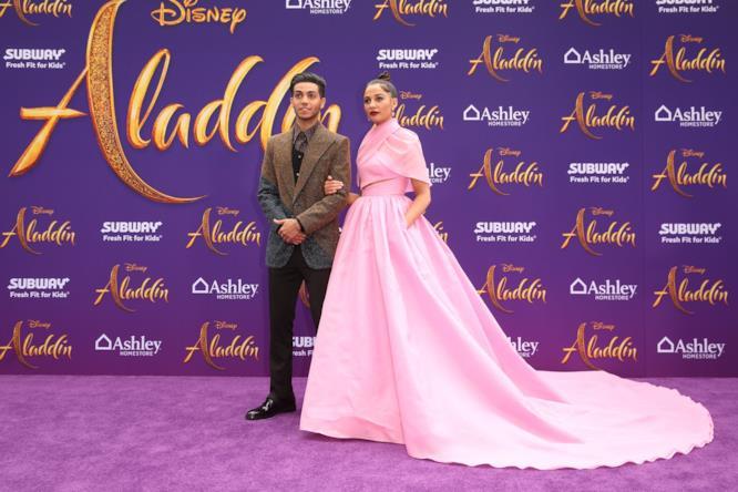 Mena Massoud e Naomi Scott alla prima di Aladdin