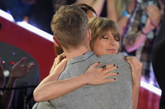 Primo piano di Taylor Swift abbracciata a Calvin Harris