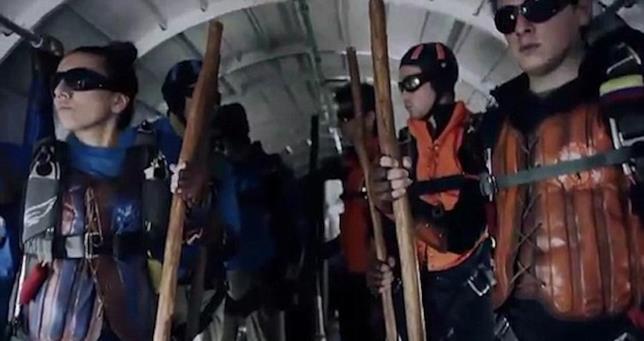 Gli skydivers del Quidditch ad alta quota con le divise del Grifondoro e del Corvonero