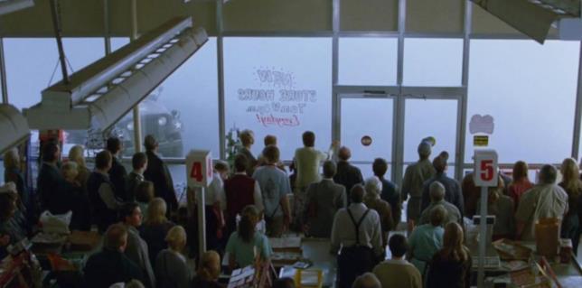 La Nebbia semina il panico al supermercato nel film omonimo