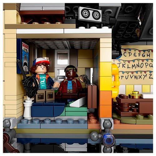La stanza da letto di Will riprodotta dai mattoncini LEGO, con le minifigure di Dustin e Lucas e il dettaglio sul poster LEGO de Lo Squalo, il film di Steven Spielberg