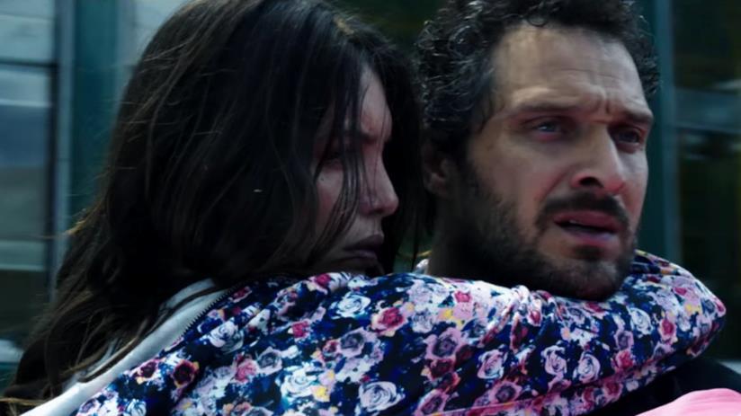 Ilenia Pastorelli e Claudio Santamaria in una scena del film
