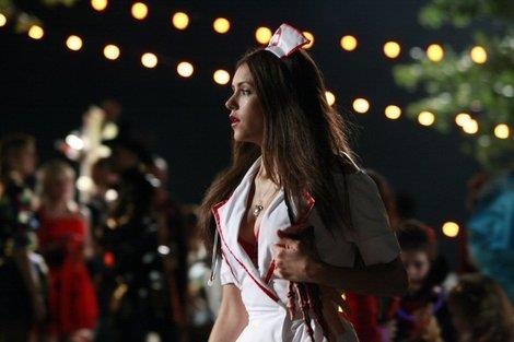 Elena vestita da infermiera ad Halloween in The Vampire Diaries