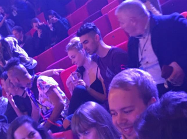 Sophie Turner e Joe Jonas al concerto dei Kings of Leon
