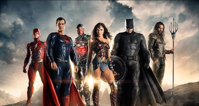 La Justice League (da sx. Ezra Miller, Henry Cavill, Ray Fisher, Gal Gadot, Ben Affleck e Jason Momoa) si stagliano contro l'alba