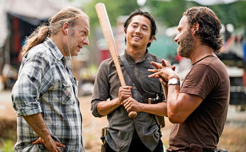 Un momento di pausa sul set di The Walking Dead con Greg Nicotero, Steven Yeun e Andrew Lincoln