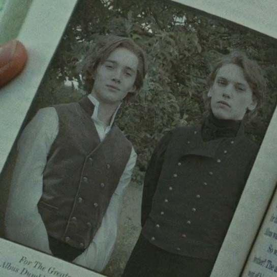 I giovani Silente e Grindelwald, interpretati da Toby Regbo e Jamie Campbell Bower