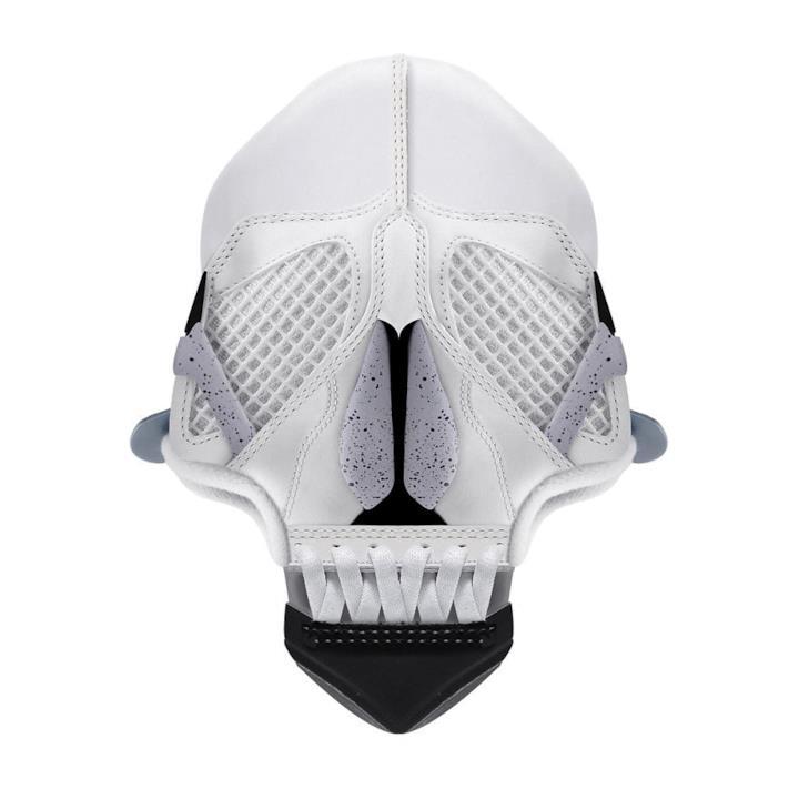 Sneaker bianche trasformate in un teschio 3D