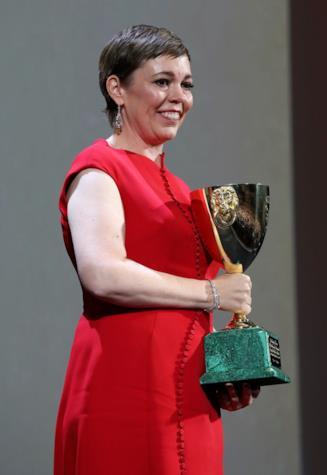 Olivia Colman con in mano la Coppa Volpi