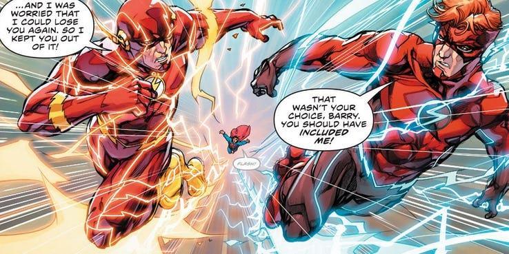 Primo piano dei due Flash e Superman sullo sfondo, lasciato indietro dai due velocisti