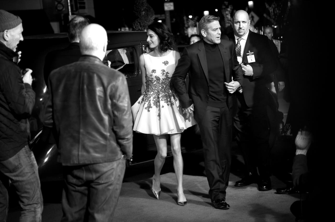 George Clooney e Amal sul red carpet della prima di Hail, Caesar!