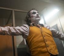 Joaquin Phoenix nei panni di Arthur Fleck in una scena del film Joker