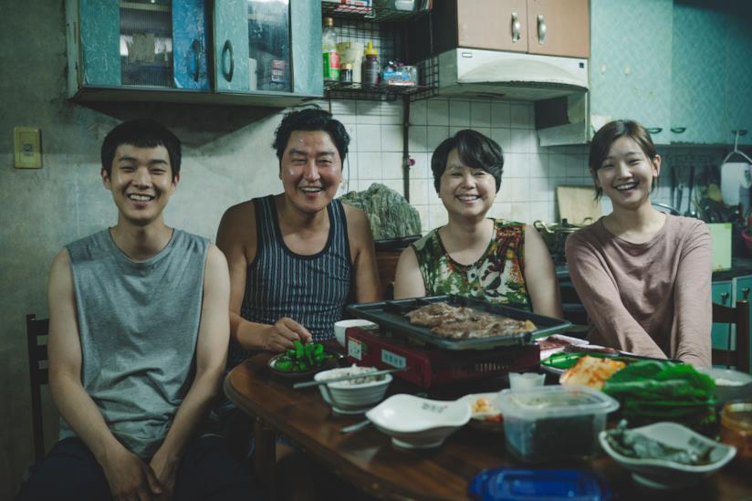 Choi Woo-shik, Song Kang-ho, Chang Hyae Jin e Park So-dam in una scena del film Parasite