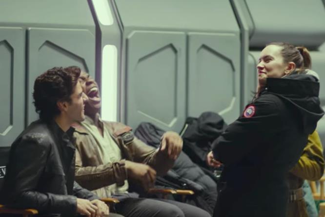 Oscar Isaac, John Boyega e Daisy Ridley ridono sul set di Episodio VIII