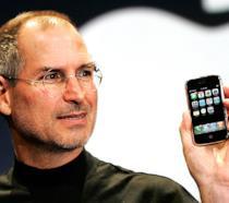 Steve Jobs presenta il primo iPhone