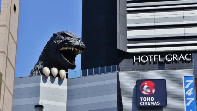 Godzilla fa capolino dalla cima del Toho Building