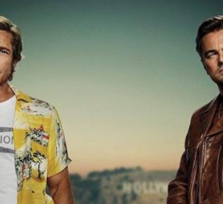 Un primo piano di Leonardo DiCaprio e Brad Pitt nel poster di C'era una volta a Hollywood
