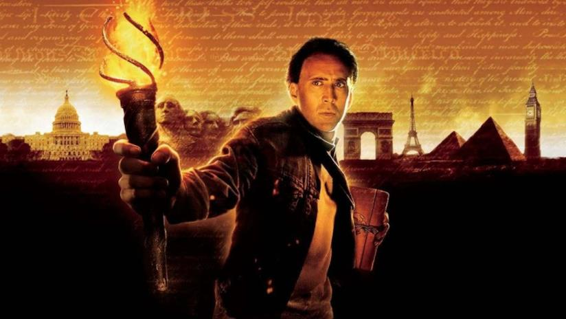 Nicolas Cage con in mano una torcia in una immagine promozionale del film Il mistero dei Templari