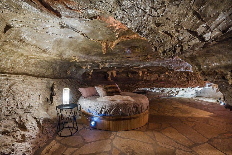 L'interno della Beckam Creek Cace Lodge: camera da letto con parete in roccia