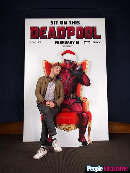 Ryan Reynolds siede in braccio a Deadpool