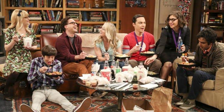 Gli amici di The Big Bang Theory che parlano tra loro e mangiano cibo orientale
