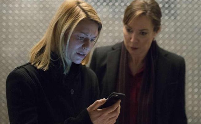 Carrie e Elizabeth Keane in una scena della sesta stagione