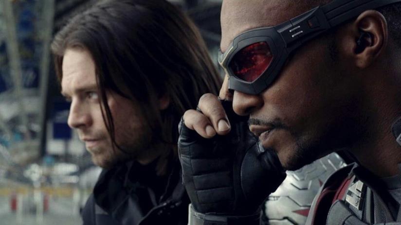Un primo piano di Falcon e Soldato d'Inverno in Captain America: Civil War.