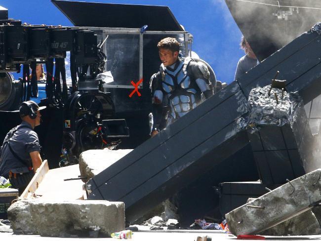 Scott Eastwood in uniforme mentre gira una scena di Pacific Rim 2