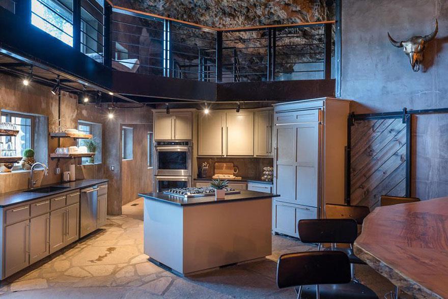 L'interno della Beckam Creek Cace Lodge: la cucina