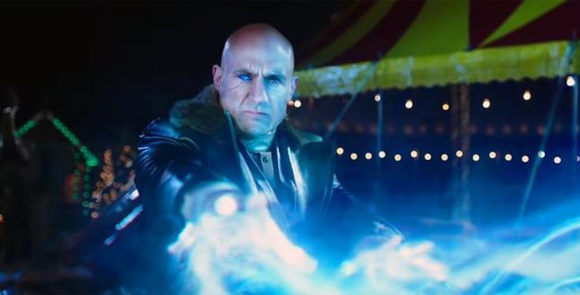 Mark Strong nei panni del dottor Sivana in una scena del film