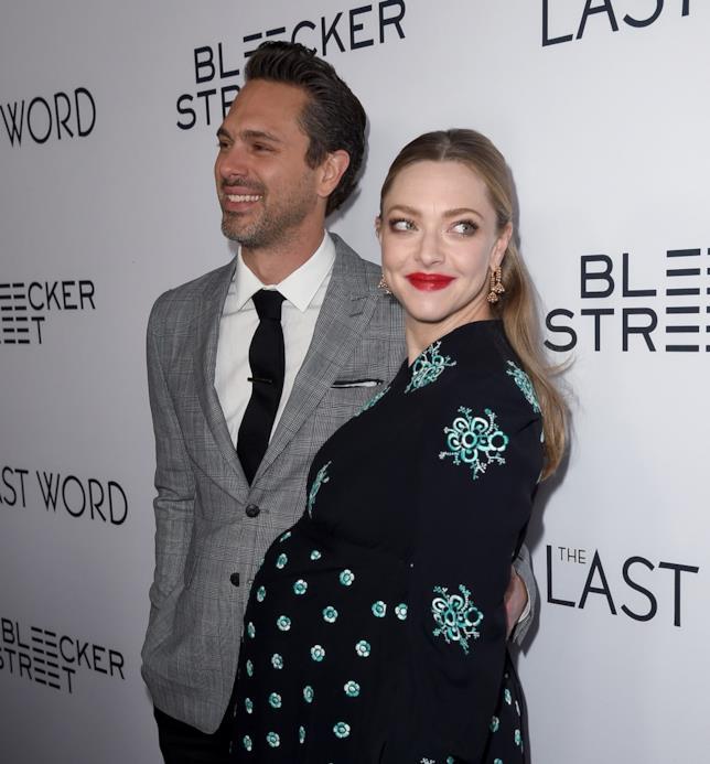 Amanda Seyfried con il suo pancione e il marito Thomas Sadoski