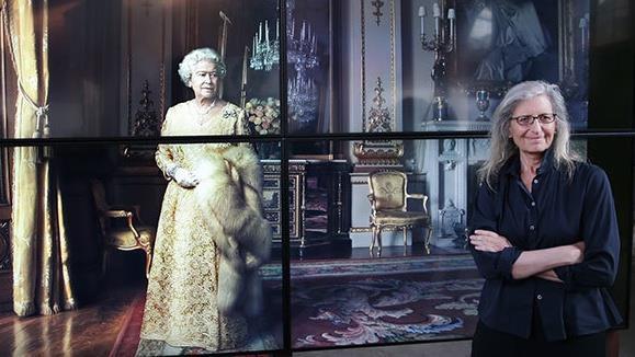 Annie Leibovitz fotografata insieme ad una sua foto che ritrae la Regina Elisabetta