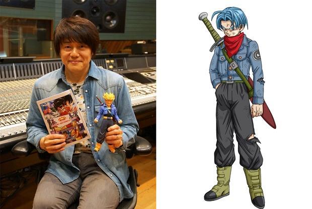 Il seiyuu Takeshi Kusao posa con una modellino di Trunks