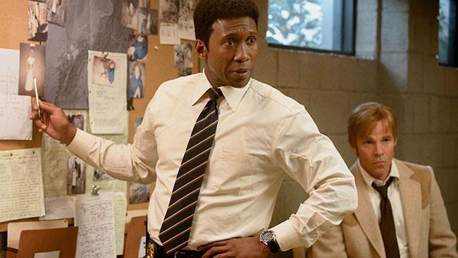 Mahershala Ali e Stephen Dorff in una scena di True Detective 3