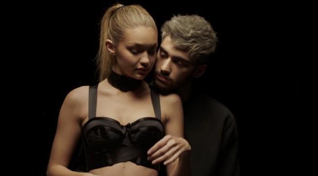 Gigi Hadid e Zayn Malik su uno sfondo scuro