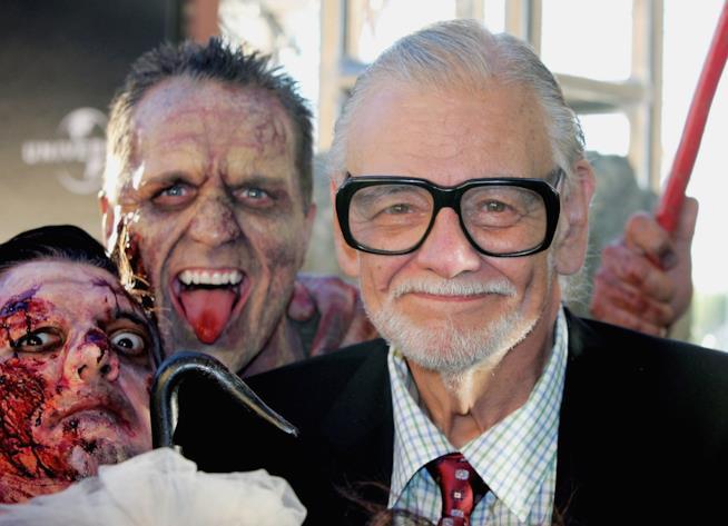 George Romero si concede uno scatto con alcuni fan truccati da zombie
