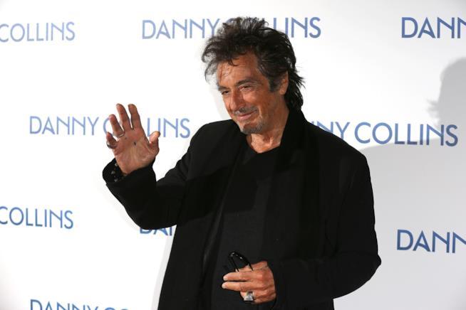 Al Pacino saluta i fotografi alla prima di Danny Collins