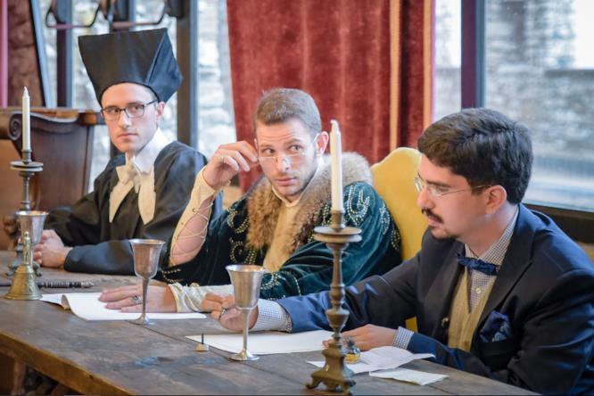 Tre partecipanti di ARCANIVERSITAS seduti dietro la scrivania