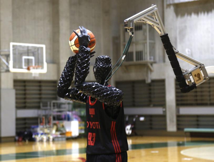 Il robot in posa mentre analizza l'ambiente che lo circonda
