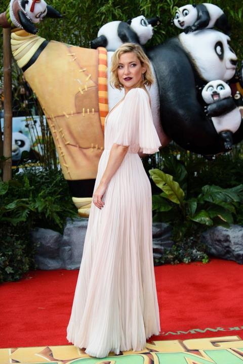 Kate Hudson indossa un abito bianco di J. Mendel a Londra