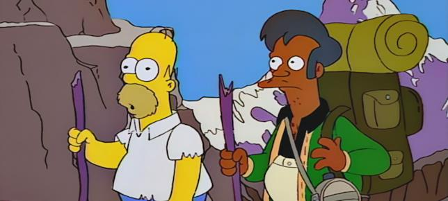 Il personaggio dei Simpson Apu insieme al mitico Homer