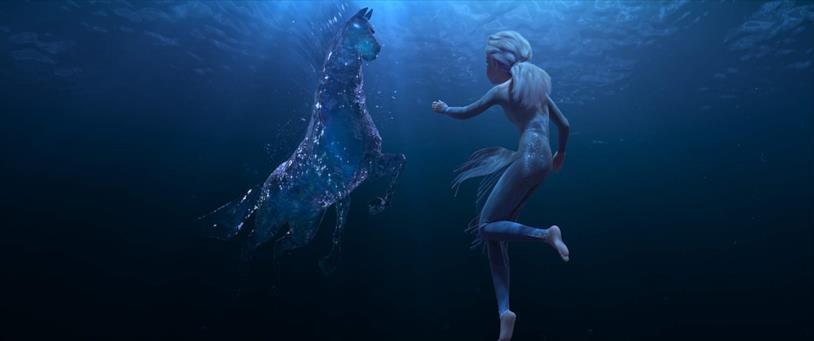 Elsa sfida un Nokk in una scena del film Frozen 2