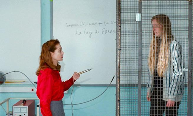 Isabelle Huppert testa una gabbia di Faraday con una studente in Madame Hyde