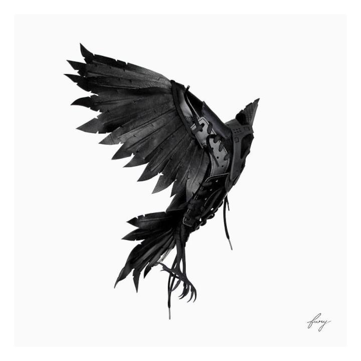 Sneaker trasformate in un corvo