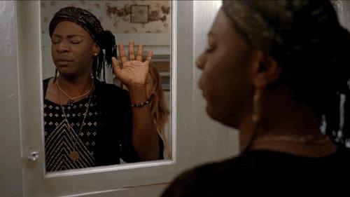 Lafayette Reynolds si specchia civettuolo in una scena di True Blood