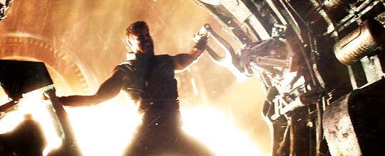 Chris Hemsworth tenta di contenere un'energia enorme nel trailer di Infinity War